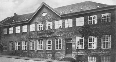 Museum für Vaterländische Altertümer in Kiel (Falckstraße 21, 1930er Jahre). G. Schwantes, Festschrift zur Hundertjahrfeier des Museums Vorgeschichtlicher Altertümer in Kiel (Neumünster i. H. 1936). Vorsatz